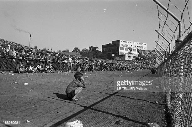 Tour Of France Rugby Team In South Africa Le 20 aout 1958 à Johannesburg en Afrique du Sud pendant l'apartheid une tribune réservée aux blancs lors...