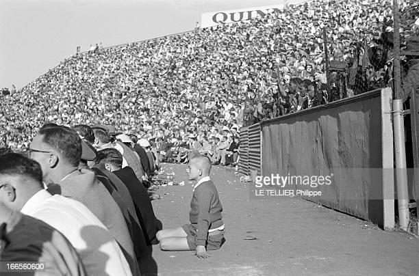Tour Of France Rugby Team In South Africa Le 20 aout 1958 à Johannesburg en Afrique du Sud pendant l'apartheid une partie d'une tribune réservée aux...