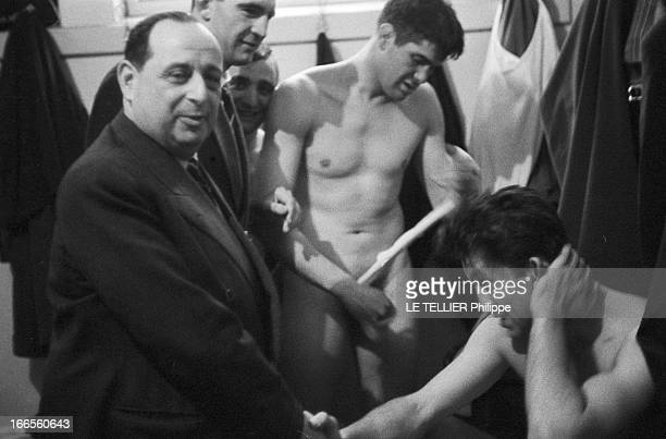 Tour Of France Rugby Team In South Africa Le 20 aout 1958 à Johannesburg en Afrique du Sud le vestiaire français du XV de France
