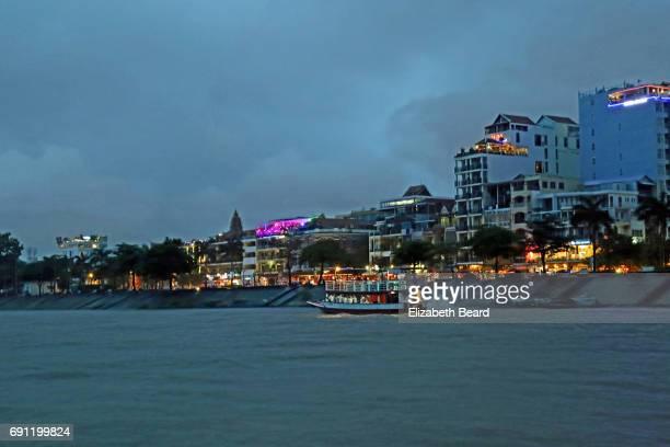 tourboat along sisowath quay, phnom penh - night life in cambodian capital phnom penh ストックフォトと画像