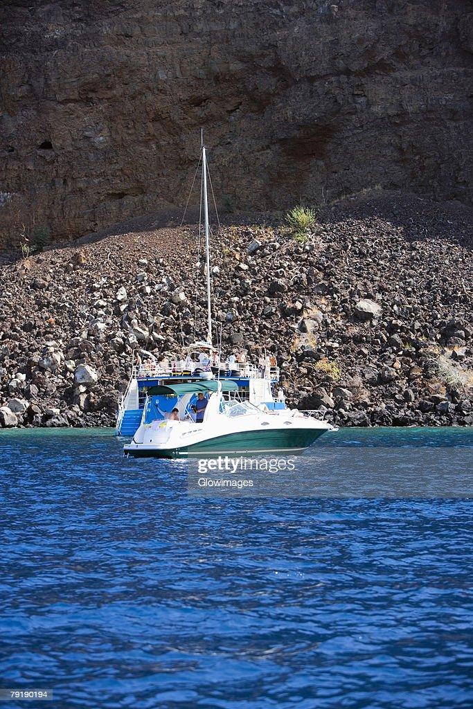 Tourboat in the sea, Captain Cook's Monument, Kealakekua Bay, Kona Coast, Big Island, Hawaii islands, USA : Foto de stock