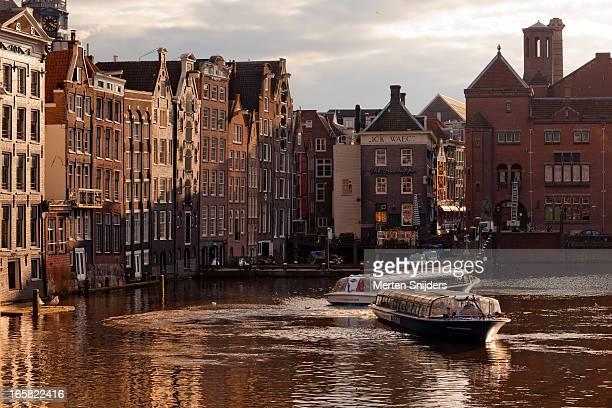 tourboat turns in the damrak canal - merten snijders imagens e fotografias de stock