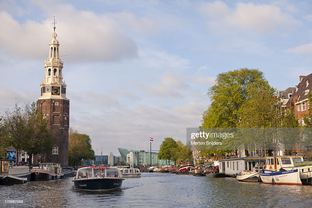 Tourboats passing the Oude Schans : Stockfoto