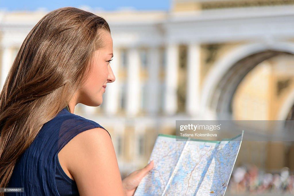 Female tourist sitting on pavement : News Photo