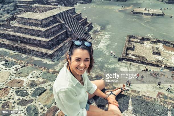 turismo en méxico - joven turista adulto en antiguas pirámides - indigenas mexicanos fotografías e imágenes de stock