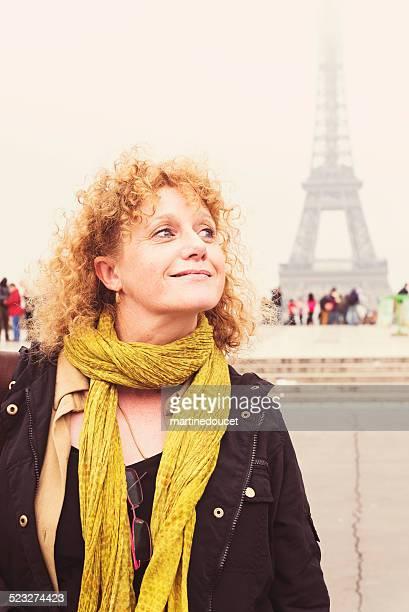Tourisme à Paris, femme d'âge mûr sur la Tour Eiffel.