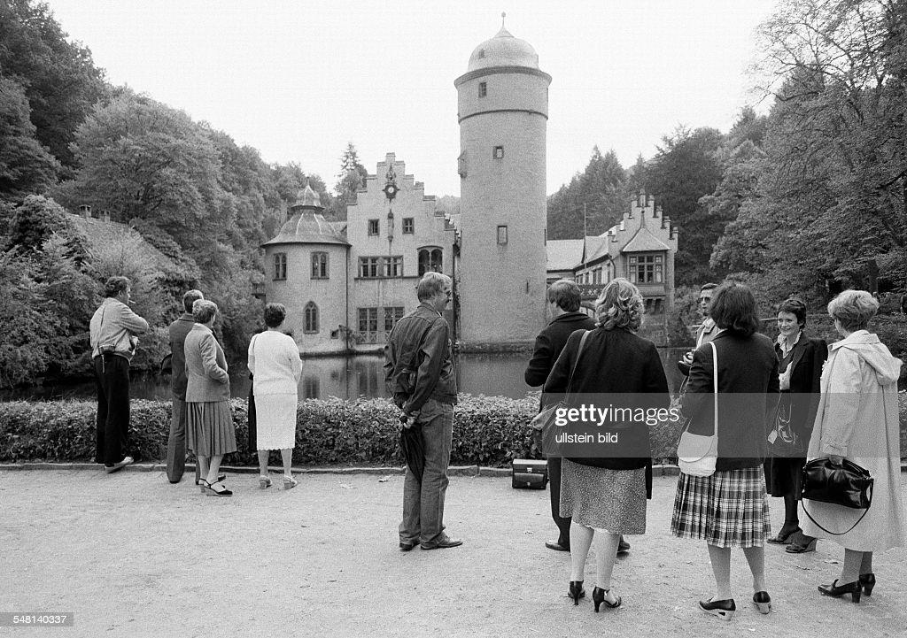 tourism, people at the Castle Mespelbrunn, moated castle, renaissance, D-Mespelbrunn, Spessart, nature reserve Bavarian Spessart, Franconia, Bavaria - 15.09.1981 : News Photo