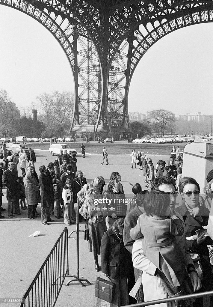 tourism, queue of people at the elevator to the observation platform on the Eiffel Tower, France, Paris - 09.02.1975 : News Photo