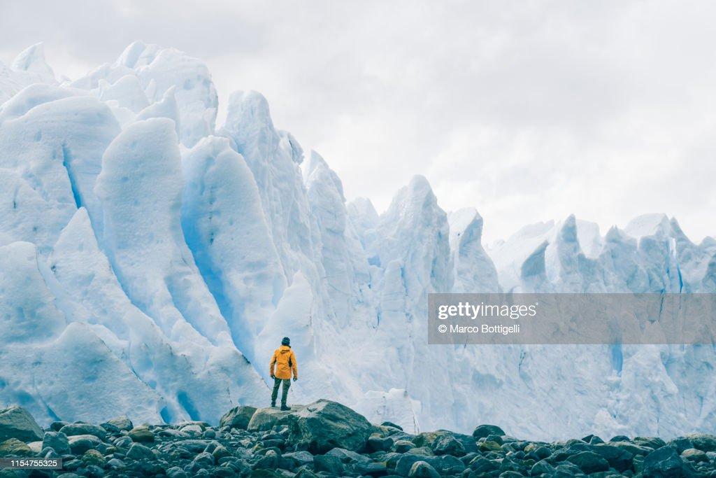 Tourist admiring the Perito Moreno glacier, Argentina : Stock Photo