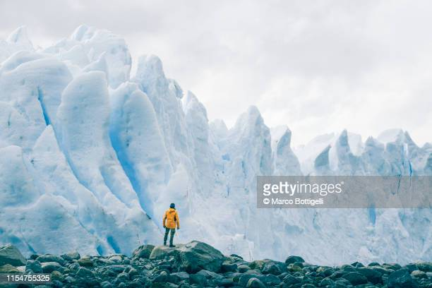 tourist admiring the perito moreno glacier, argentina - travel destinations stock-fotos und bilder