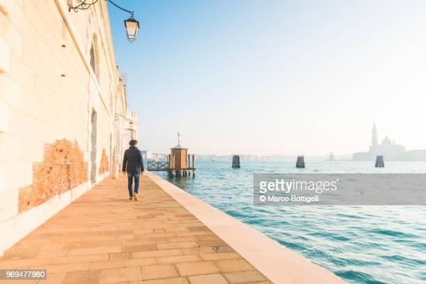 tourist admiring venice, italy - プンタデラドガーナ ストックフォトと画像
