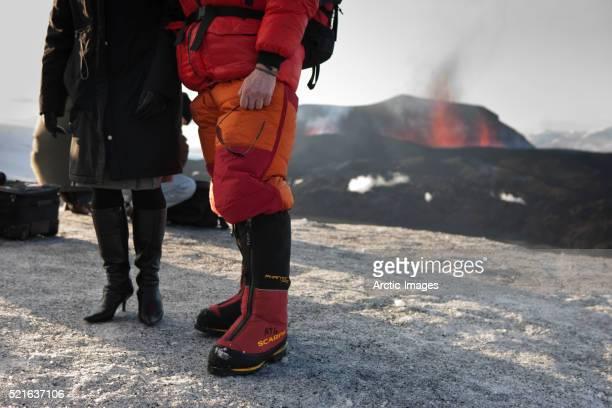 tourist and scientist watch erupting eyjafjallajokull volcano - fimmvorduhals volcano stockfoto's en -beelden