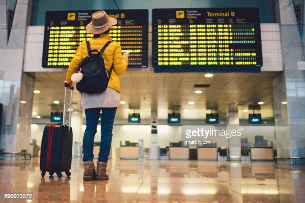 tourist at barcelona international airport - travel foto e immagini stock