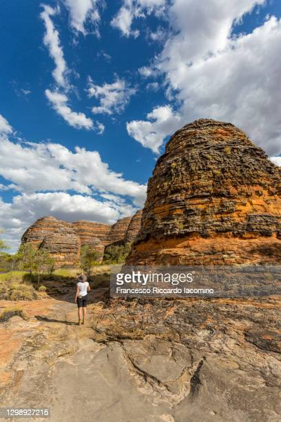 tourist at bungle bungles, purnululu national park, kimberley region, western australia, australia - francesco riccardo iacomino australia foto e immagini stock
