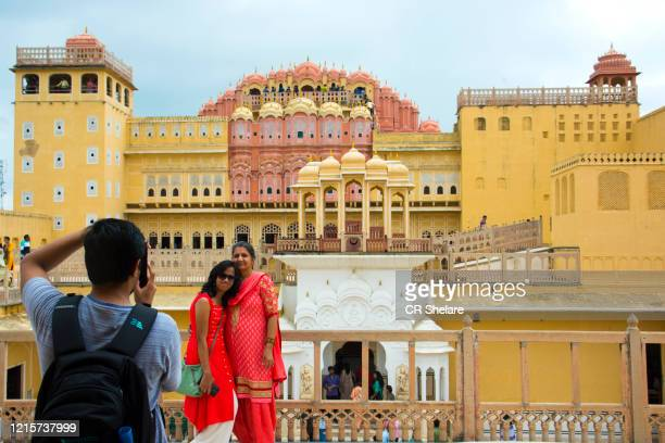 tourist at courtyard of the hawa mahal or the palace of the winds, jaipur, india. - gluteos grandes fotografías e imágenes de stock