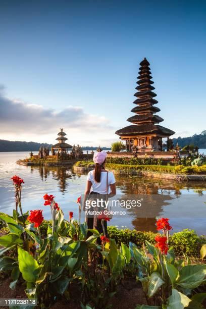 tourist at ulun danu bratan temple, bali, indonesia - lake bratan area stock pictures, royalty-free photos & images