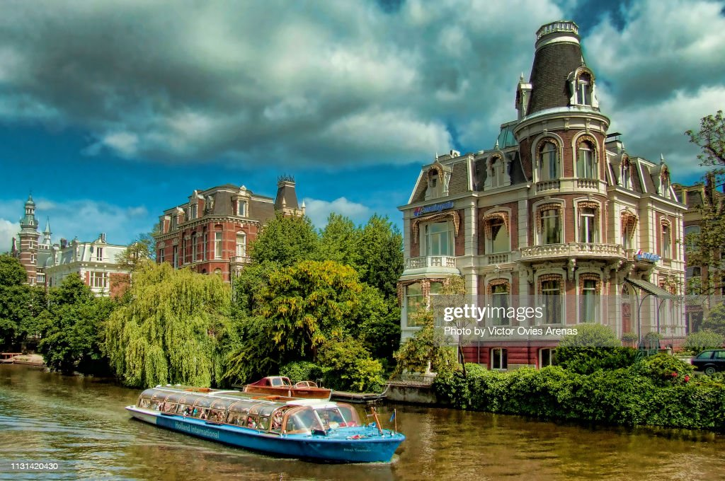 Tourist boat on a canal in Amsterdam, Netherlands : Foto de stock