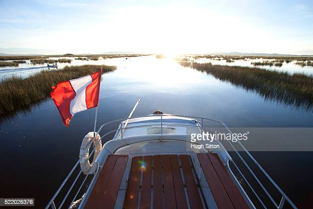 tourist boat travelling to the uros islands, lake titicaca. from puno. peru. - hugh sitton stock pictures, royalty-free photos & images
