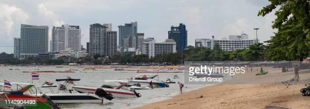tourist boats moored along the shoreline of pattaya beach. - golf von thailand stock-fotos und bilder