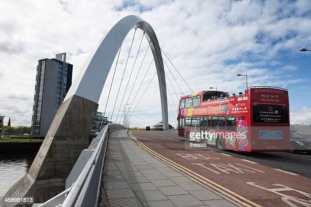 autobus turistico di attraversare il ponte squinty, glasgow - theasis foto e immagini stock