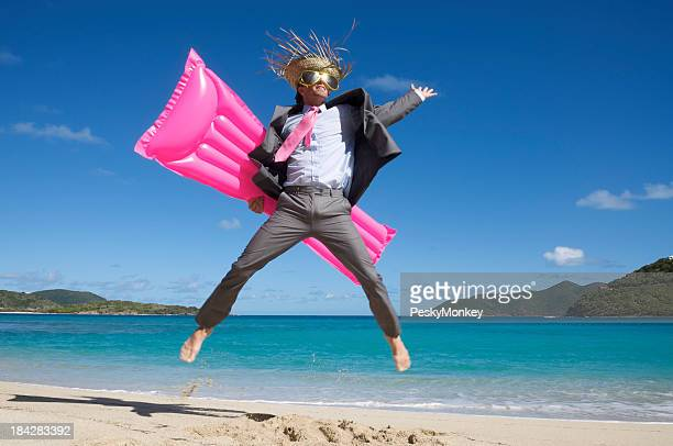 Tourist Geschäftsmann hält ein Riesensprung mit rosa Air Matratzen