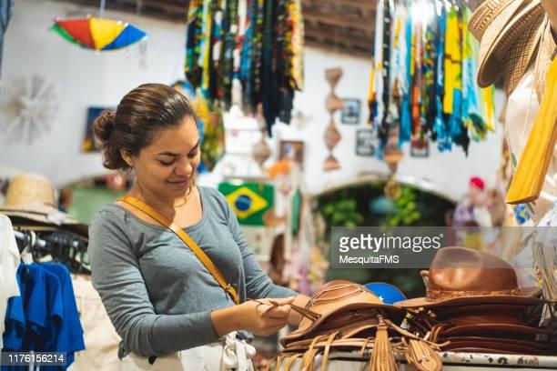 touristischer einkauf im kunsthandwerkermarkt - nordöstliches brasilien stock-fotos und bilder