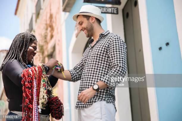 ペロウリーニョ、サルバドール、バイアでいくつかのボンフィムリボンを買う観光客 - バイア州 ストックフォトと画像
