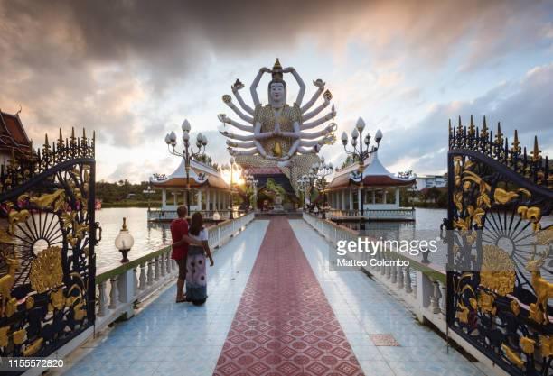 tourist couple at wat plai laem, ko samui, thailand - buddhist goddess imagens e fotografias de stock