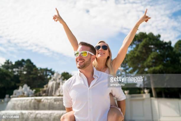 été touristique couple heureux piggypack