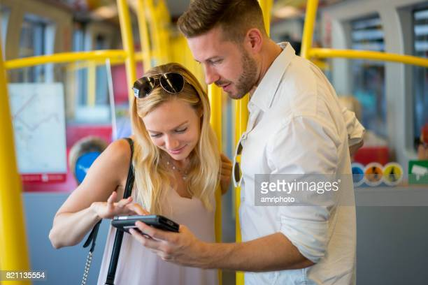 touristischen paar öffentliche Verkehrsmittel