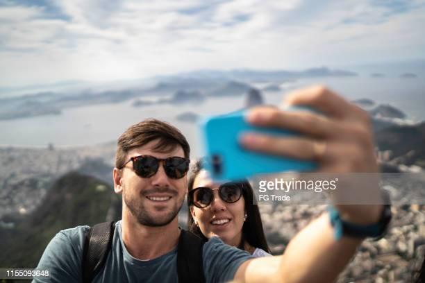 pares do turista que tomam um selfie em rio de janeiro - rio de janeiro - fotografias e filmes do acervo