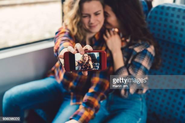 Pareja de turistas viajando en tren y tomar selfie