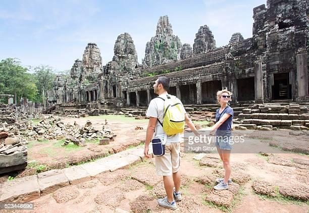 tourist couple travelling in angkor wat, cambodia - hugh sitton imagens e fotografias de stock
