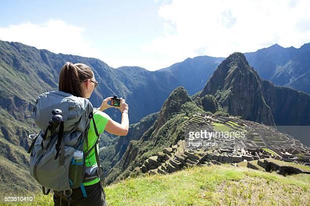 tourist couple trekking at machu picchu. peru - hugh sitton stockfoto's en -beelden