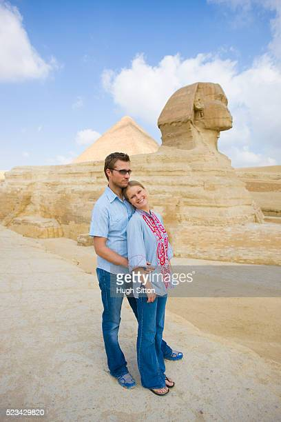 tourist couple visiting the great sphinx at giza - hugh sitton stock pictures, royalty-free photos & images