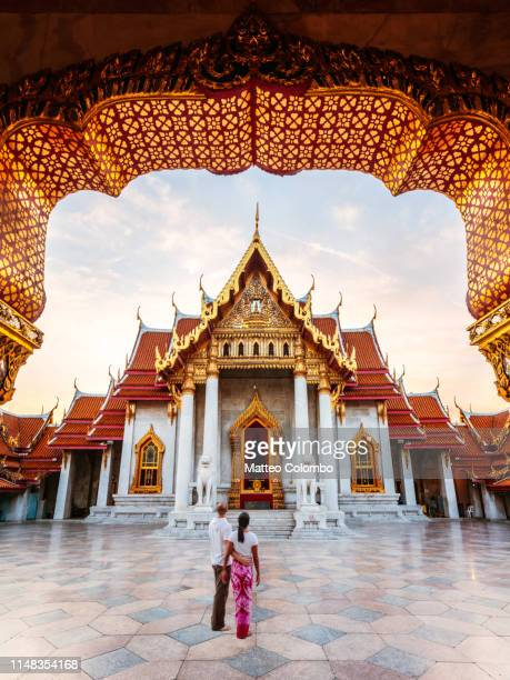 tourist couple visiting the marble temple, bangkok - bangkok province stock pictures, royalty-free photos & images