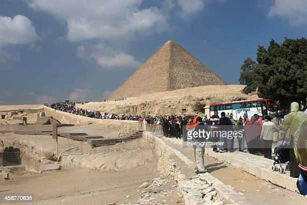 tourist crowds at pyramids of giza - gizeh stockfoto's en -beelden