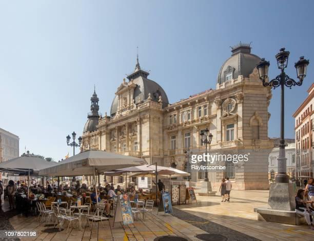 turista de refeições ao ar livre fora prefeitura do lado cartagena magnífico em um dia de verão quente claro. - murcia - fotografias e filmes do acervo