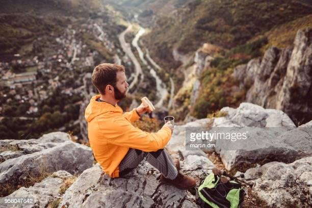 toeristische eten van boterham met kopje thee in de bergen - bulgarije stockfoto's en -beelden