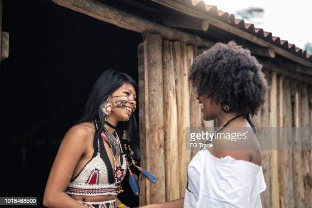 turista, experimentando uma nova visita na aldeia indígena do tupi guarani - cultura indígena - fotografias e filmes do acervo