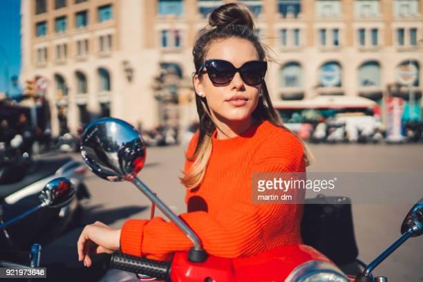 tourist exploring barcelona on motor scooter - occhiali da sole foto e immagini stock