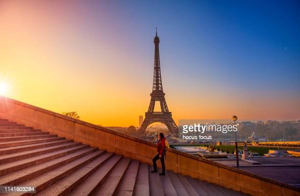 turista que explora a torre eiffel paris france - paris - fotografias e filmes do acervo