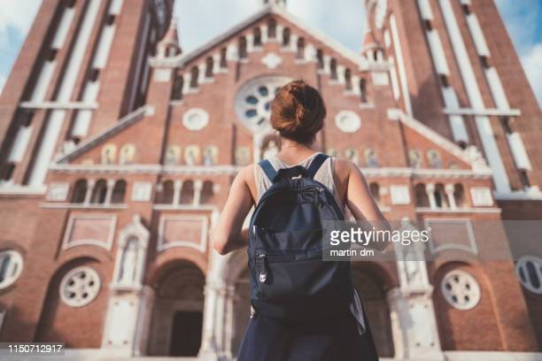 turista explorando hungría, ciudad de szeged en julio - hungria fotografías e imágenes de stock