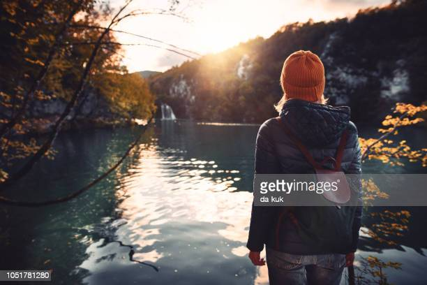 tourist exploring plitvice lakes national park - autunno foto e immagini stock