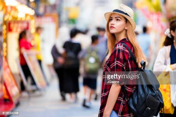 日本の街を散策する観光客