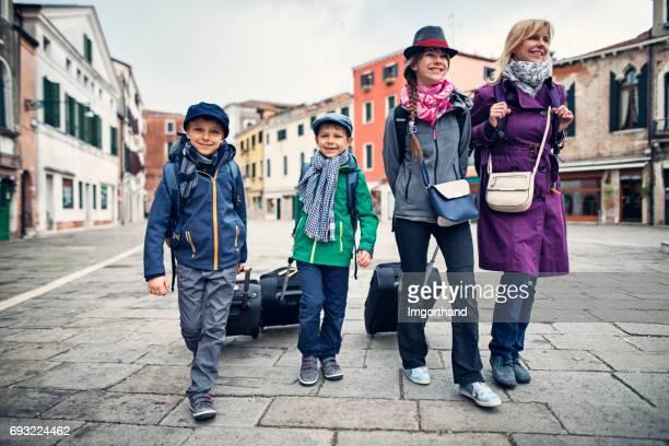 Famille de touristes arrivant à Venise, Italie