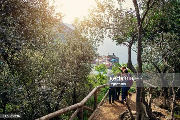 escursioni in famiglia turistica alle cinque terre, italia - liguria foto e immagini stock