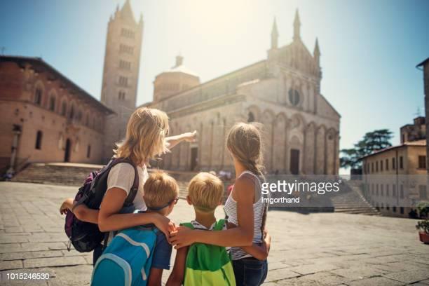famiglia turistica che visita la piccola città italiana - monumento foto e immagini stock