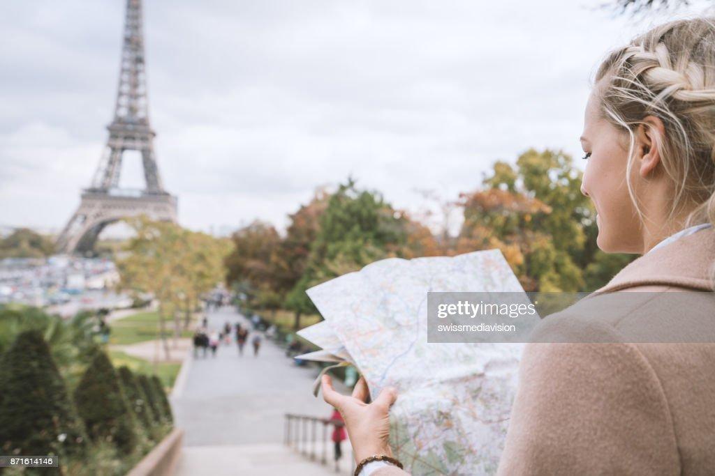 Karte Paris Eiffelturm.Touristweibchen In Paris Am Eiffelturm Im Besitz Einer Karte