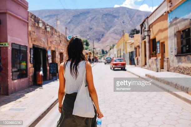 後ろから村の通りで観光の女の子 - サルタ州 ストックフォトと画像